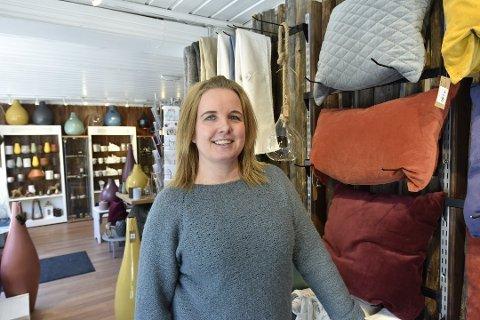 Daglig leder Astrid Sørbråten holder motet oppe, og er takknemlig for at folk vil støtte lokale bedrifter i en vanskelig tid.