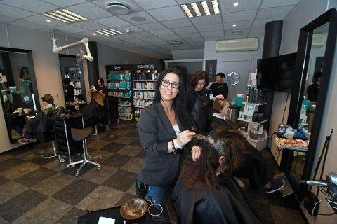 Daglig leder Elisabeth Selven hos Studio M frisør i Storgata mener parkeringsplasser tett på butikken er alfa og omega for kundene.