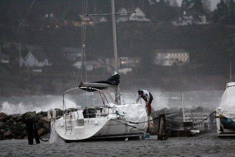MYE VIND: Det er ventet storm over distriktet vårt det neste døgnet. Dermed er det lurt å sjekke båten - og feste løse gjenstander rundt huset.