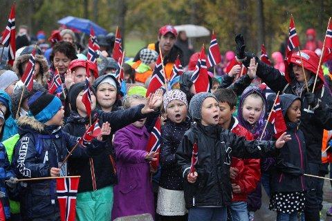 Råde-barn med norske flagg, vinker til Kongeparet som var på besøk.