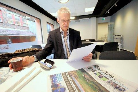 Liker det ikke: Arild Svenson, Frp, leser brevet som viser at det kan bli 10 milliarder kroner billigere å flytte biler over Jeløy. Dét under forutsetning av at man legger vegen i en dagtrasé over øya.