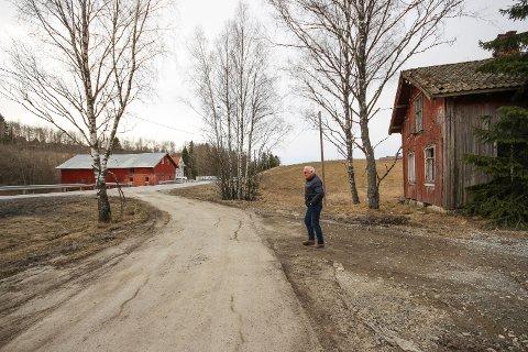 VEIUTBYGGING: Den gamle boligen må vike plassen for ny vei.