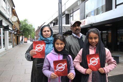 Qasira (f.v), Sania Nur, Mahmood og Iman Khawaja delte ut informasjonsplakater i gågata i Moss lørdag ettermiddag for å vise folk at muslimer ikke støtter terrorisme.
