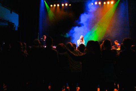 SKAPTE STEMNING: Julie Bergan foran et gira publikum.