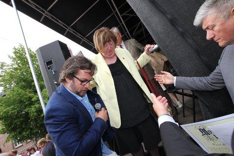 - Juryeformann i Mossianaprisen, ansvarlig redaktør i Moss Avis Pål Enghaug (til høyre) kunne ikke få rost vinneren nok i sin tale.
