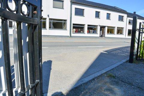 SYNES KNAPT: Jan Eilertsen ble natt til lørdag frastjålet sin hvite Cadillac fra Klostergata 38. Portgjerdet til venstre ble sneiet borti.