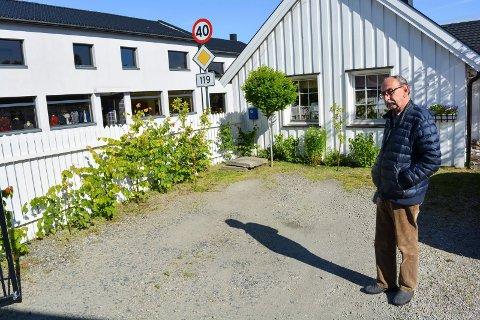 TOM GÅRDSPLASS: Jan Eilertsen ble natt til lørdag frastjålet sin hvite Cadillac fra Klostergata 38. Her stod bilen.