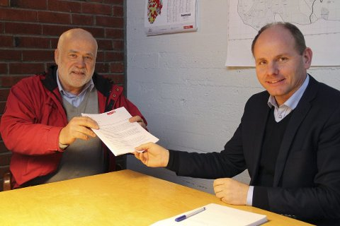 UNDERSKRIFTSAKSJON: Helge Jodalen overleverte Våler-ordfører Reidar Kaabbel signaturene som krever ny behandling av Rosveien-vedtaket.