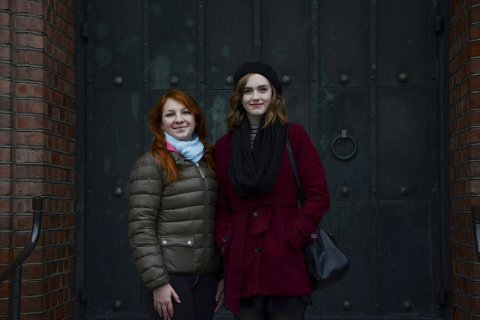 Håper på fullt hus: Hanna Hunslund og Aurora Beatrice Baker håper at folk i alle aldere vil ta turen til Moss Kirke på torsdag.