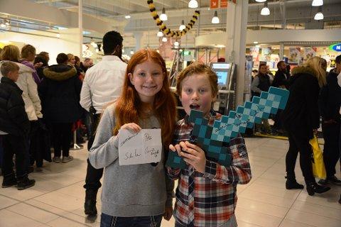FORNØYD: Søsknene Ronja og Ludvik fikk sikret seg autografer og bilder.