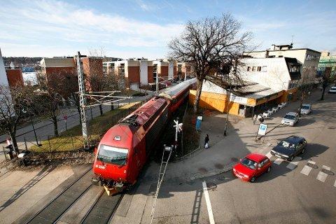 STÅR: Østfoldbanen blir helt stengt for trafikk i helga.