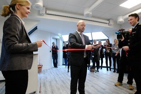 Barnehus nr. 11 i Norge åpnet i Moss. Barnehusleder Cathrine Bergheim og politimester Steven Hassedal åpner Statens Barnehus i Moss sammen med justis- og beredskapsminister Anders Anundsen.