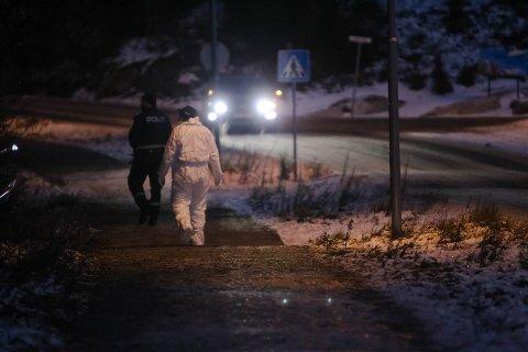 PÅ PLASS: Mandag ettermiddag kom krimteknikerne til skogholtet i Odins vei der den unge mannen ble funnet død ved 14:40-tiden.