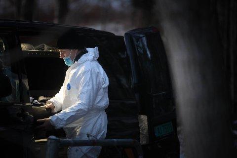 DØDSÅRSAK: Krimteknikerne jobber nå i ettermiddag med å finne dødsårsaken.
