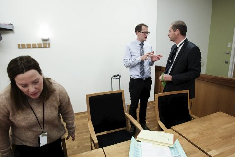 Ikke ulovlig: Dommen mot mossesnekkeren er ikke rettskraftig, og derfor kan han operere i et nytt selskap.  Her  er forsvarer Helge Karlbom og aktor Jahn Schei (t.h. ) fra rettssaken.