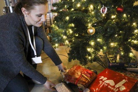 Sjekker alle: Selv om de ikke har lov til å be om folks kontoutskrifter, spør de alle brukerne om inntekter og utgifter, for å sile ut dem som virkelig trenger hjelpen deres, forteller Cecilie Tønnessen. Men listen over fattige i Moss er lang, og hun håper på enda flere julegaver til barna.