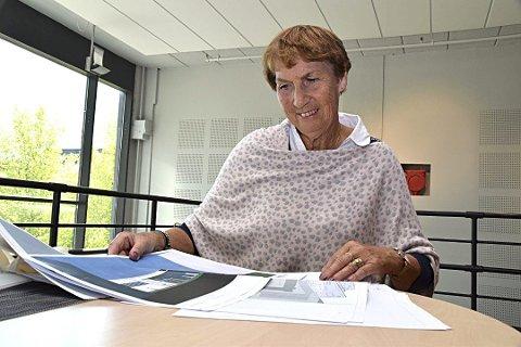 GLEDER SEG: Signe Øye studerer skisser over Hobøls første idrettshall. Øye er leder av prosjektgruppa for hallen. (Foto: Arkiv Smaalenene)