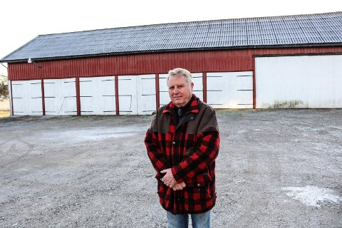 - Jernbanen kommer rett gjennom hjørnet på låven vår, sier Harald Weel på Strømnes gård i Råde.