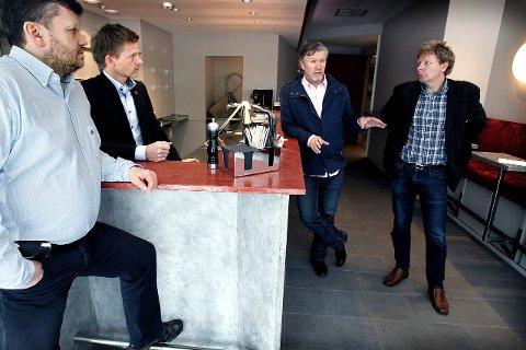 Lang vei: I 2012 leverte Parkteatrets Geir Meum Olsen (f.h.) og Per-Olav Sørensen et kulturhusforslag til Moss kommune ved ordfører Tage Pettersen og kulturutvalgsleder Sindre W. Mork.