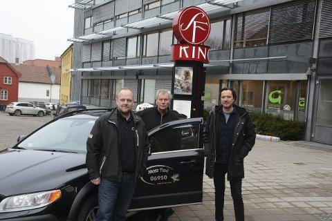 Påskemoro:  F.v. Tom Erik Lund og Lars Einar Røed i Moss Taxi og Tony Fjærgård i SF Kino Moss håper mange barn vil få glede av kinostuntet.             foto:Birgitte Henriksen