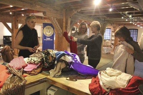 Rygge soroptimistklubb arrangerer kjolemarked. Fra venstre: Tone Urstad, Vibeke Sandersen, Marianne Hake og Helena Rønvik.