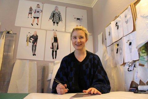 TEGNER SEG TIL NEW YORK: Marte Treider er godt i gang med å lage plaggene hun skal vise frem under New York Fashion Week.