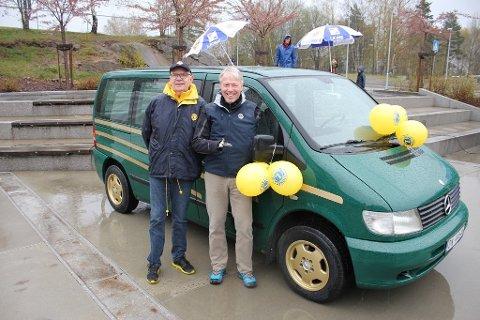 GRØNT OG GULL: Bilen ble overrakt av Cato Zahl-Pedersen under Lions Club Nesodden sitt 50 års-jubileum.