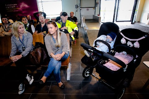 BEKYMRET SMÅBARNSMOR: Malin Willassen kom til informasjonsmøtet på flyplassen med William på halvannet år og Felicia på 1 måned i dobbeltvogna.