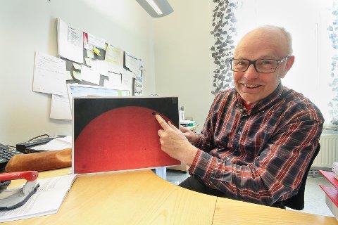 LItt mindre: Anders Rekaa med et bilde av solen og en liten Venus. Merkur er litt mindre og man trenger godt utstyr for å kunne se den.