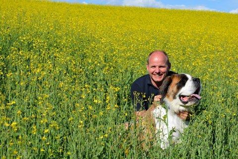 Vålers ordfører Reidar Kaabbel i sommerprat etter et år med store opp- og nedturer. Hunden heter Rugga.