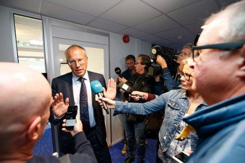 Håkon Mageli fra Orkla svarer på sørsmål i en pause i møtet mellom Olav Thon, den private grupperingen Rygge Airport de andre hovedaksjonærene i Rygge sivile lufthavn.