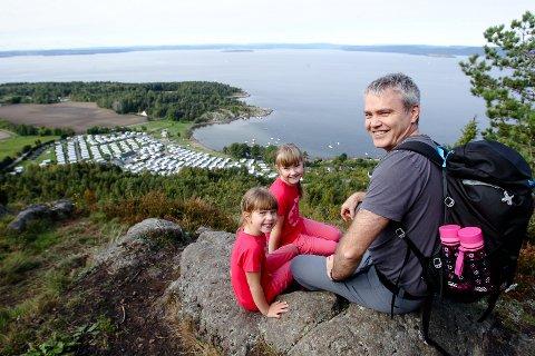 FLOTT UTSIKT: Elise og Sofie Holm Nedrebø og pappa Ole Nedrebø besøkte Bjørnåsen i 2016.