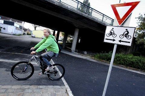 Uklart: Syklist Bjørn Aasen mener de nye skiltene som forteller at bilene har vikeplikt for syklistene i sykkelfeltet kan være vanskelig å forstå. Skiltet er det første av sitt slag i Norge.