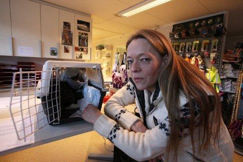 REDD: Line Karlsen er redd noen har mishandlet katten hennes, som gjorde at halen måtte amputeres.