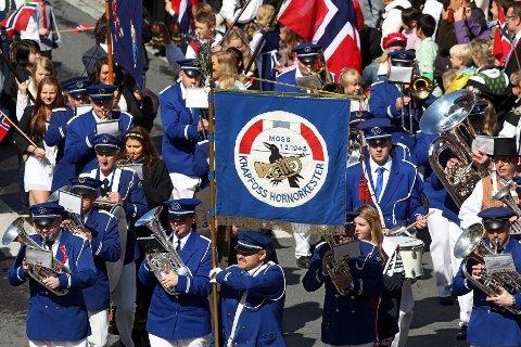 17. MAI: Krapfoss hornorkester setter sitt preg på byen på mange forskjellige måter. Her marsjerer de i barnetoget gjennom byens gater.