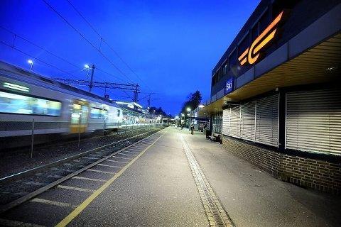 Mørkere: Bane NORs nabokontakt melder fra om at det kan bli mørkere for gående å ferdes rundt Ski stasjon i kveld.