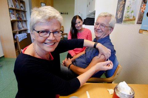 SLIK: Vaksinatør Kjersti Kibsgaard (fra venstre), avdelingsleder Grete Lind og kommuneoverlege Knut Michelsen da sistnevnte fikk sin influensavaksine i 2014.