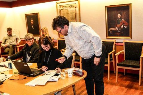 FORSLAG: Sindre W. Mork (V) foreslår endringer i godtgjøringsreglementet, her i samtale med formannskapssekretær Tonje Albrecht og ordfører Hanne Tollerud (Ap).