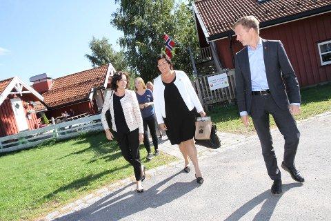 BARNEVERN: Reformen gir kommunene større ansvar. Her er statsråd Solveig Horne på besøk på Tronvik gårdsbarnehage, sammen med daværende ordfører og nå stortingsrepresentant Tage Pettersen (H) og Anne Bramo (Frp).