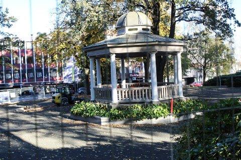 FÅR LYD OG LYS: Kunstisanlegget ved paviljongen i Kirkeparken blir dyrere enn ventet.