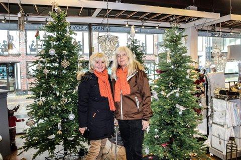 FÅR PENGER: Kirkens bymisjon får pengestøtte til Julaften på Verket scene. Her er  Cathrine Aasen Roksvåg (t.v.) og Wanda Therese Krisitansen