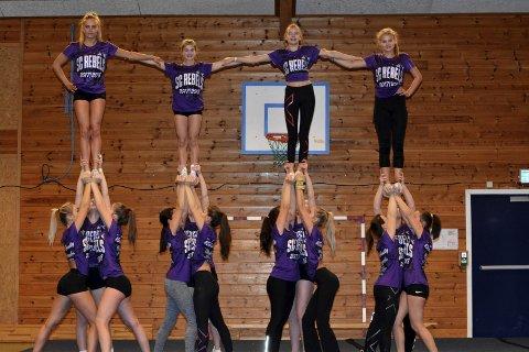I full sving: Cheerleading har tatt fullstendig av i Son de to siste årene. Nå ser de fram til vårens norgesmesterskap i Vestfold. Begge foto: Petter Andresen