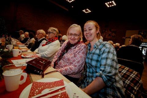 JULEGLEDE: Gjest Inger-Lise Diskerud og frivillige Sofie Helgesen hygget seg på julefesten.