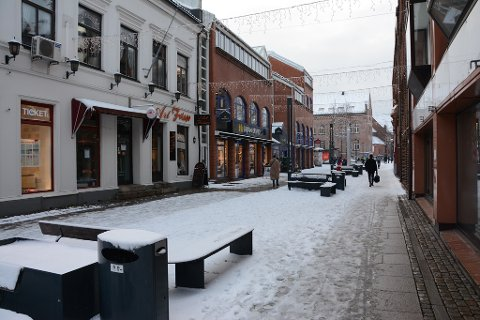 SNØ: Problemer med en pumpe gjør at snøen ikke smelter i Dronningens gate.