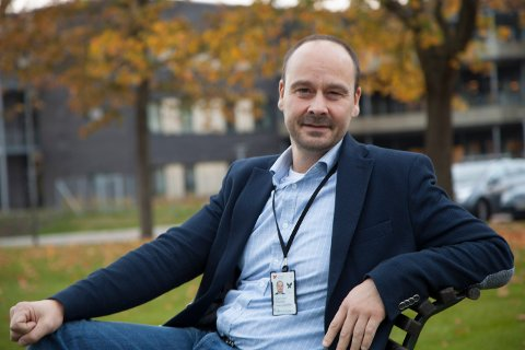 REDUSERE: Innkjøp- og logistikksjef ved Sykehuset Østfold er glad for at sykehuset selv skal ta ansvar for å frakte viktig post og dokumenter. Han tror det vil redusere transporttiden.