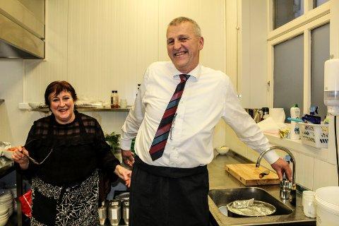 KJØKKENHJELP: Hans Torer Mamen fra Røed gård tok seg av surkålen mens Anja Brekne, kjøkkensjef på Café Røed, hadde overoppsynet på kjøkkenet.