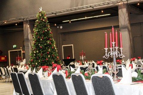 FESTBORD: Elever hadde dekket bordene til den store julefesten noen dager i forveien.