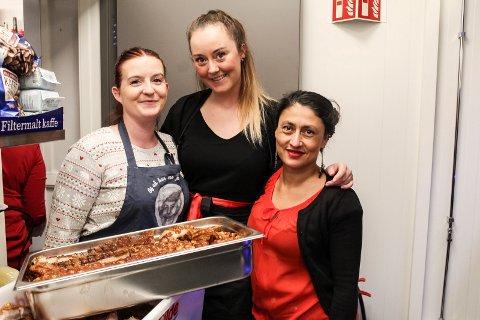 RIBBEDUFT: Rebecca Brunslid (f.v.), Sarah Johansen og Helena Mikarlsen sørget for nystekt ribbe til gjestene.