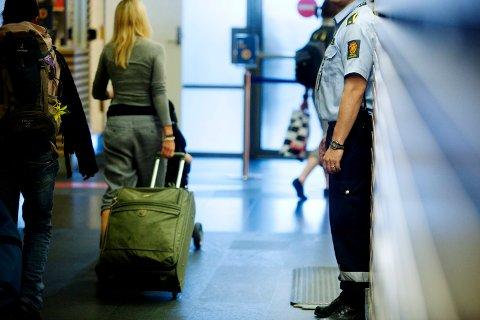 OSLO 20090717: En tollbetjent / toller følger nøye med på passasjerer som ankommer Gardermoen fra utlandet.  Foto: Kyrre Lien / SCANPIX