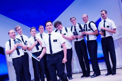 MORSOM GJENG: Jonas Urstad fra Rygge (til venstre) spiller en av mormonerne i The Book of Mormon på Det Norske Teatret.